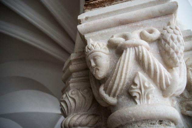 fau Fabio Augusto - 9 Novembro 2016 - PORTUGAL, Evora, Alentejo - Direccao Regional de Cultura do Alentejo, Rua de Burgos. pormenor de um dos pilares.